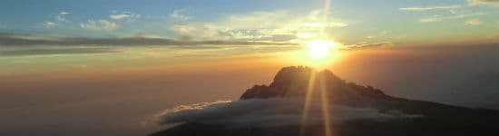 Kom op over skyhøjde ved at nå til tops på Kilimanjaro